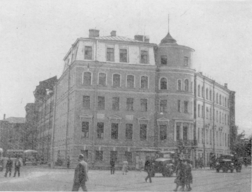 Дом на площади Репина, 3. Здесь художник жил в 1882—1895 гг. Современная фотография