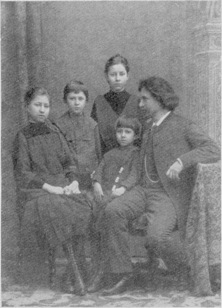 И.Е. Репин с детьми. Сидят Вера и Татьяна, стоят Юрий и Надежда. фотография, 1889 г. Публикуется впервые